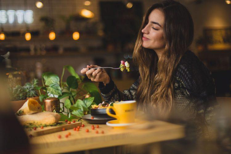 Etende vrouw kijkt verzadigt en voldaan
