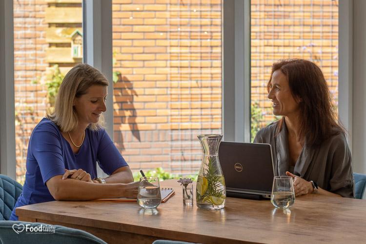 Laten zien van een werkoverleg met gewichtsconsulentes Nicole en Simone
