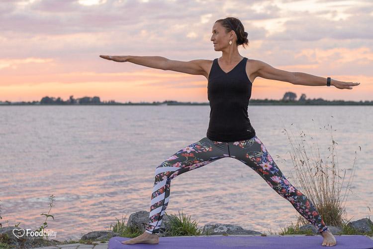 Laten zien van een yoga pose door yoga instructrice Simone