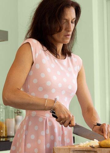 Hoe val je af na je vakantie? Gewichtsconsulente Simone laat zien hoe je een gezonde maaltijd bereidt.